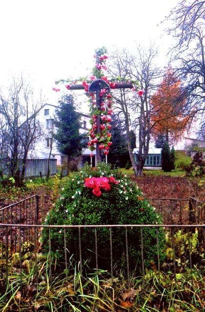 1985 m. Antano Pachucko sūnaus statytas kryžius šalia savo sodybos. Anksčiau čia stovėjęs 1948 m. Antano Pachucko pastatytas medinis kryžius kaip padėka Dievui už sėkmingai pragyventą karo laikmetį