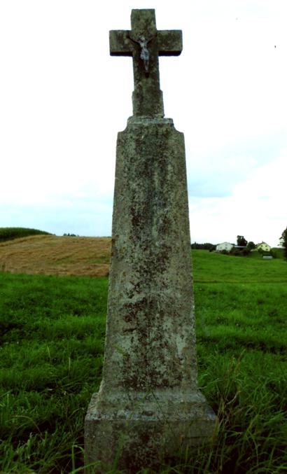 Betoninis kryžius stovintis prie kelio, netoli Čiurlionių sodybos