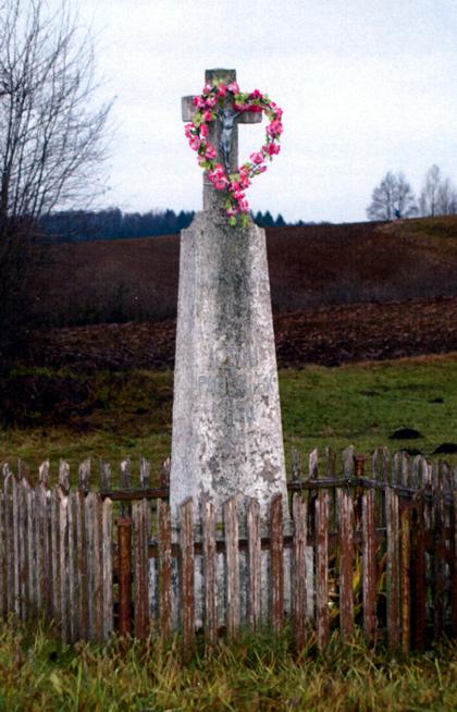 Pečiulių kryžius pastatytas 1951 m. prie tuometinių kryžkelių. Dėl kelio panaikinimo, prie kurio stovėjo, kryžius 2000 m. perkeltas į dabartinę vietą