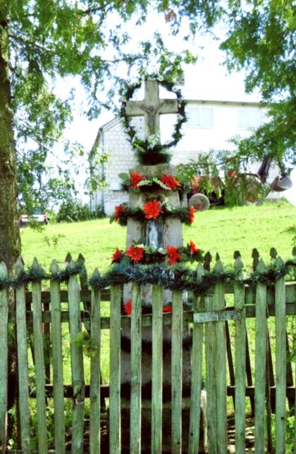Kryžius pastatytas apie 1955 m. šalia kelio, netoli Bendorių sodybos, kaip šeimos atmintis. Kryžių atliko Vaznelis