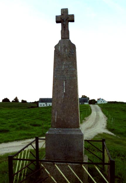 """Buvusio Rašačių kaimo gyventojų kryžius pastatytas 1934 m. Vytauto Didžiojo mirties 500-osioms metinėms paminėti. Akmeniniame paminkle įrašyta: """"Vytauto Didžiojo mirties 500 m. sukakties proga Rašačių gyventojai 1934 m."""