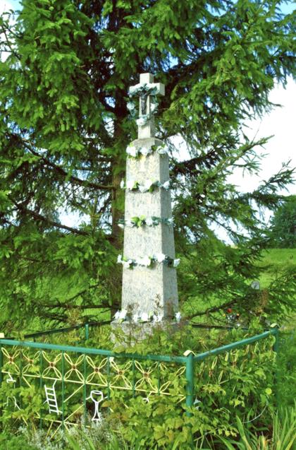 Akmeninis kryžius stovintis kaimo kelių sankryžoje, statytas 1934 m. Šv. Kazimiero draugijos Didžiulių kaimo skyriaus pastangomis, Vytauto Didžiojo 500-osioms mirties metinėms pažymėti