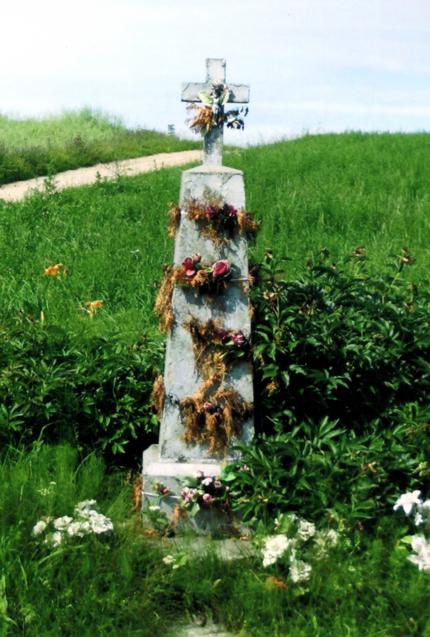 Betoninis kryžius stovintis šalia kaimo kryžkelės, netoli Matulevičių sodybos