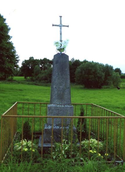 Akmeninis kryžius su tvorele statyats 1936 m. Kryžius stovi netoli Sankauskų sodybos