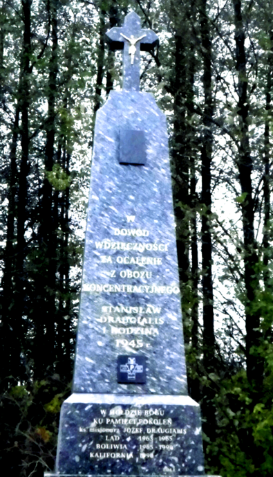 Draugialių šeimos vardu 2010 m. pastatytas kryžius Dievo garbei ir būsimoms kartoms. Kryžius stovi prie Kmieliauskų sodybos
