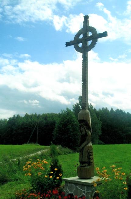 Kryžius visko kaimo intencijoje, seniūno Valdo Vaicekausko rūpesčiu ir kitų gyventojų lėšomis pastatytas 2005 m. ties kryžkele su Kilčėnų kaimu, netoli nuo seno medinio kryžiaus vietos. Jį nudrožė Lietuvos skulptorius Vytautas Dabrukas, akmeninį pagrindą padarė pats Valdas su Juozu Gražuliu. Aplinkos tvarkymu rūpinosi Sakalauskų šeima