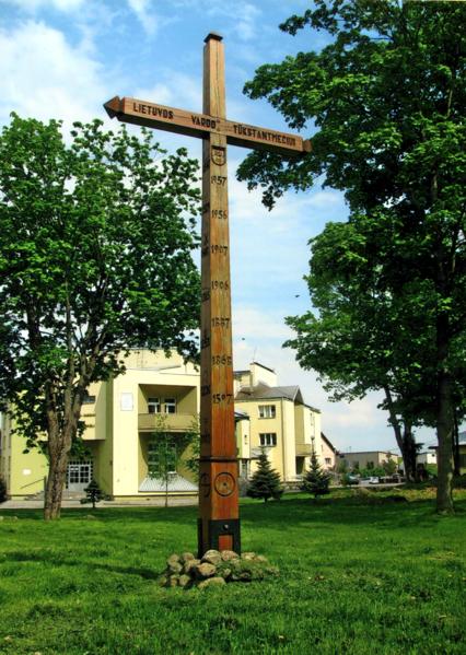 Kryžius 2009 m. pastatytas senosiose Punsko kapinėse Lietuvos vardo 1000-mečiui paminėti. Kryžių atliko skulptorius Z. Knyza. Kryžiuje esančios datos atspindi svarbiausius Lietuvos ir mūsų krašto praeities įvykius.