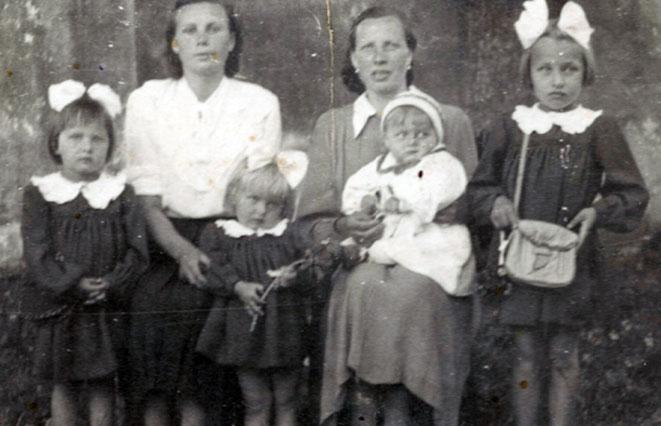 Aldona ir Ona Krivonaitės su vaikais