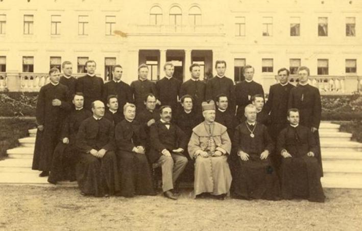 Seinų vyskupas su dvasininkais. Kauno arkivyskupijos muziejaus nuotrauka.