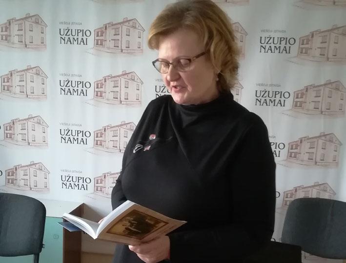 Autorė Vilija Vilkelienė skaito  savo knygos ištraukas