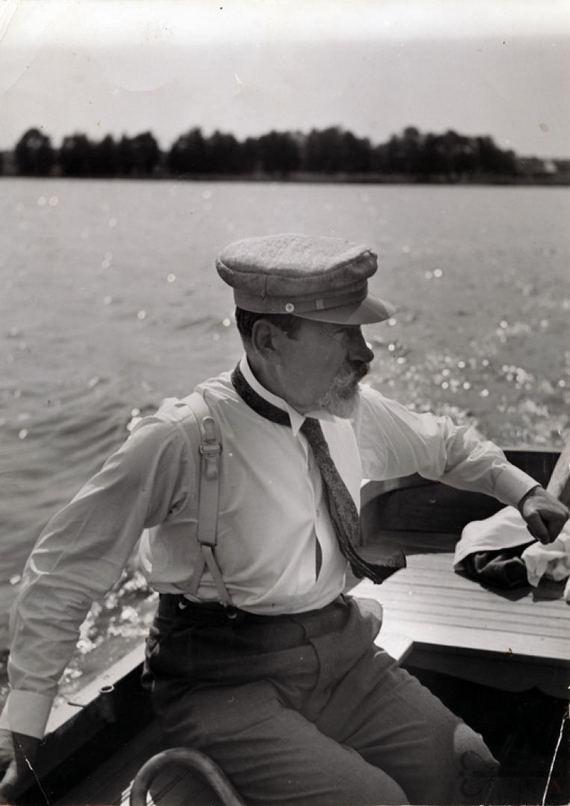 Antanas Smetona plaukioja Lėno ežere  virtualios-parodos.archyvai.lt nuotr.